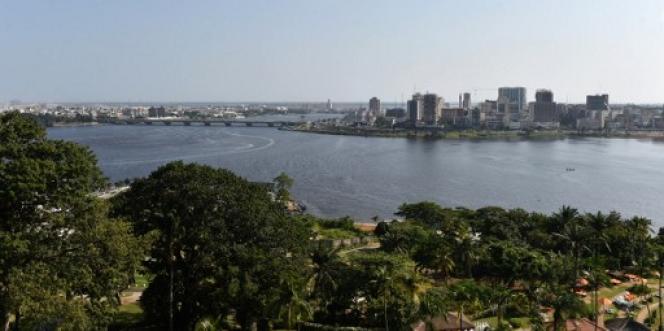 Vue de la lagune Ebrié, à Abidjan, en juillet 2016.