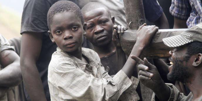 Des enfants travaillant dans une mine d'or du Sud-Kivu, dans la région des Grands-Lacs, en 2014.