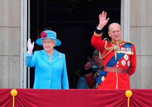 La reine Elizabeth II et le prince Philip au balcon de Buckingham Palace en 2009.