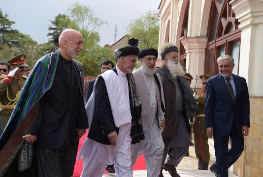 Le président afghan Ashraf Ghani et Gulbuddin Hekmatyar (au centre) au palais présidentiel de Kaboul, le 4 mai.