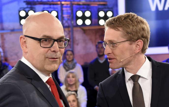Les principaux candidats qui s'affronteront dimanche dans leSchleswig-Holstein : Torsten Albig, du Parti social-démocrate(à gauche), et Daniel Guenther, de l'Union chrétienne-démocrate(à droite),avant un débat télévisé, le 25 avril 2017.