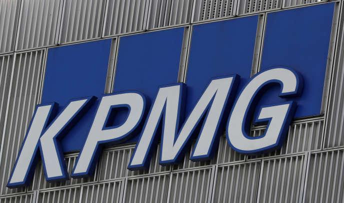 « Le cabinet d'audit KPMG, membre du « Big Four»,est sous le coup d'une enquête liée à des accusations de corruption dans l'audit de Rolls Royce, et d'une autre concernant la faillite de la banque HBOS». (Photo: Le logo sur la façade des bureaux londoniens de la société, en mars 2016).