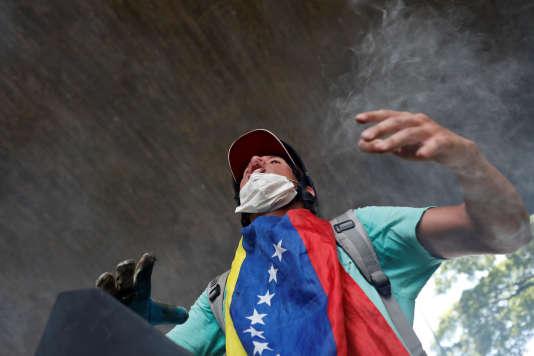 Un manifestant contre le président Nicolas Maduro à Caracas, le 4 mai.