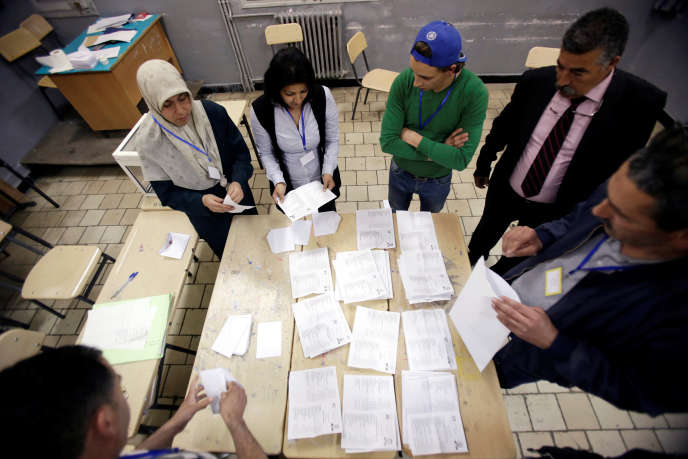 Dépouillement des bulletins de vote lors des législatives, dans la capitale algérienne, le jeudi 4 mai.