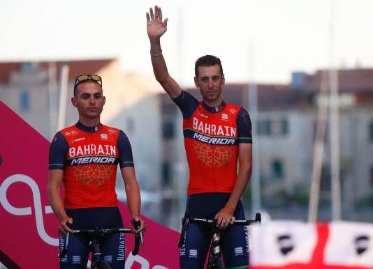 Vincenzo Nibali (à droite) et son coéquipier Valerio Agnoli lors de la présentation des équipes, jeudi 4 mai à Alghero (Sardaigne).