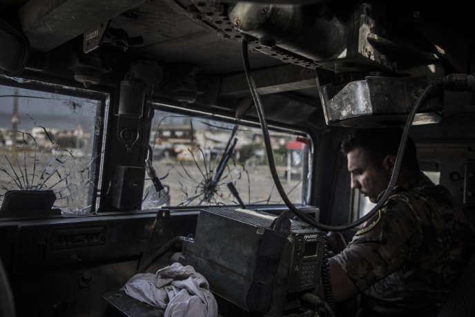 Un soldat de Scorpion, un bataillon de la division de réaction d'urgence (ERD), fait route le 22 avril vers le quartier d'Al-Thaoura à Mossoul, repris à l'organisation Etat islamique