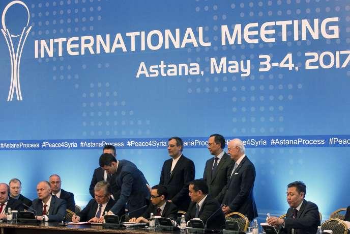 Signature de l'accord d'Astana en présence de représentants de la Russie, de l'Iran et de l'ONU à Astana (Kazakhstan), le 4 mai 2017.