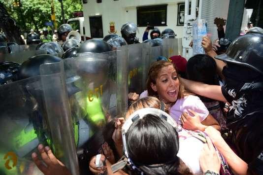 Des étudiants de l'université centrale du Venezuela aux prises avec la police antiémeute, à Caracas, le 4 mai 2017.