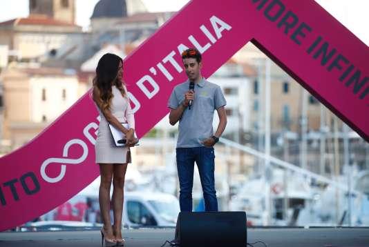 Fabio Aru s'est blessé à l'entraînement en préparant le Giro, mais il était présent à Alghero jeudi4mai, pour la présentation des équipes.