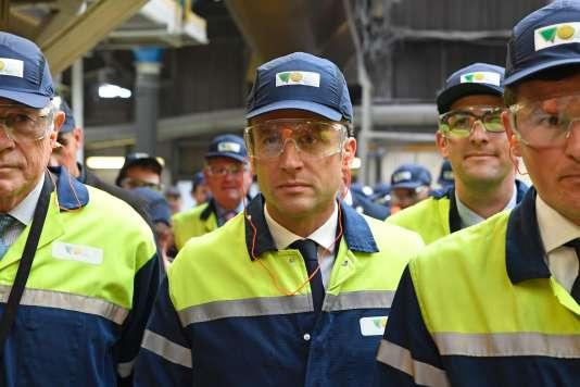 Emmanuel Macron (c) en visite à l'entreprise VOA à Albi, le 4 mai 2017.
