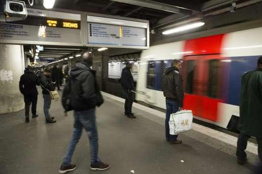 L'incident est dû à une rupture d'ancrage de la caténaire sous tunnel, à la sortie de la gare Denfert Rochereau, en direction de Gare du Nord, explique la RATP.