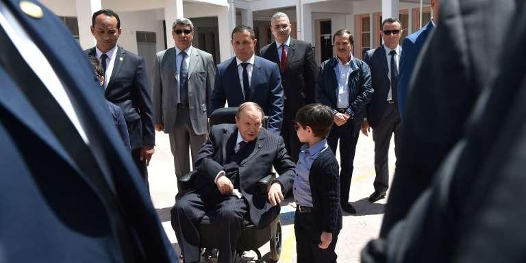 Le président algérien Abdelaziz Bouteflika sortant de son bureau de vote à Alger le 4 mai 2017. / AFP / RYAD KRAMDI