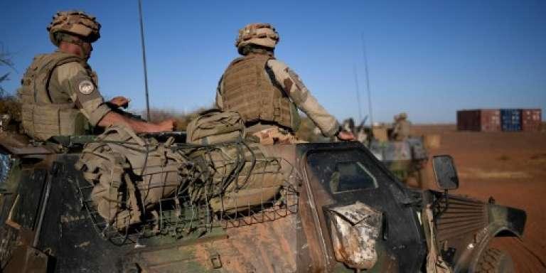 Des soldats de l'opération « Barkhane» patrouillent dans la région de Gao, au Mali, le 13 janvier 2017.