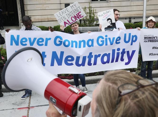 Des manifestants défendent la neutralité du Net, le 5 mai à Washington.
