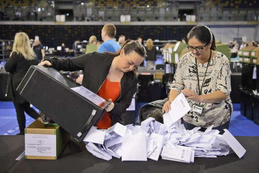 Comptage des bulletins pour les élections locales, en Ecosse, le 5 mai 2017.
