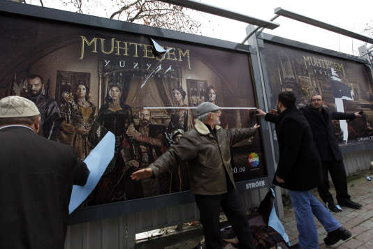 En 2011, à Istanbul, des conservateurs déchirent une affiche de la série «LeSiècle magnifique».