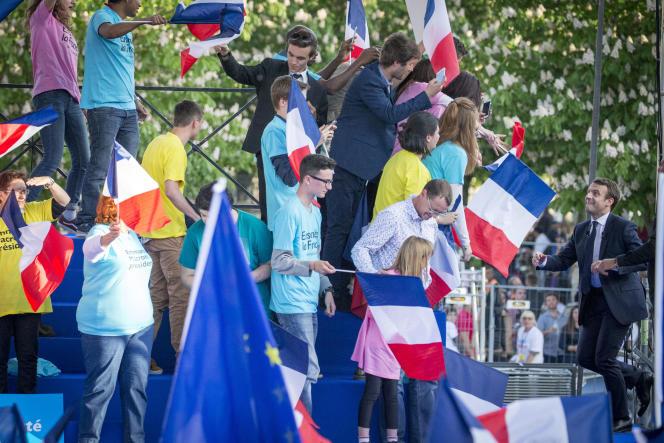 Emmanuel Macron à son arrivée sur la scène de son meeting de campagne à Albi, le 4 mai.