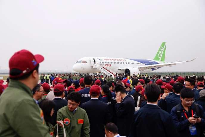 Le C919 à l'aéroport dePudong, à Shanghaï, le 5 mars.