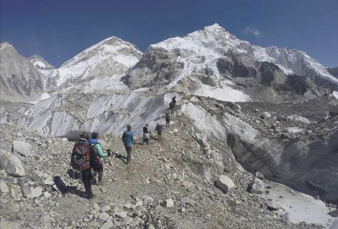 Des marcheurs passent un glacier vers un camp de base de l'Everest, le 22 février 2016.