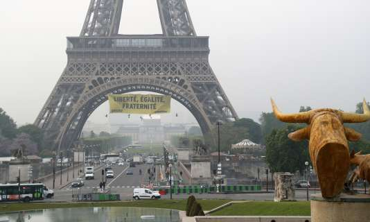 Des militants de Greenpeace ont suspendu la banderole tôt vendredi matin.