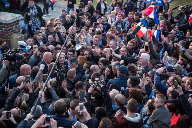 Marine Le Pen à la fin de son meeting de campagne à Ennemain, le 4 mai.