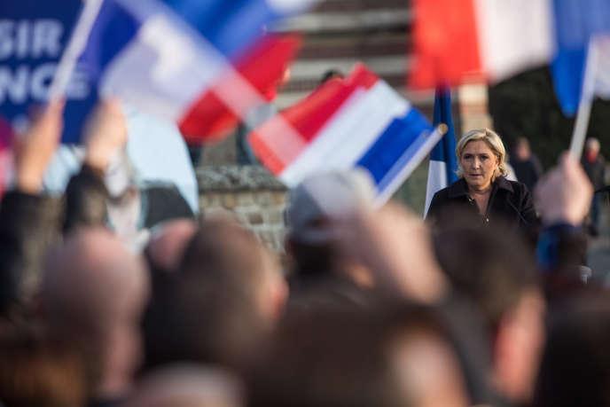 Marine Le Pen en campagne électoraleà Ennemain (Somme), lors d'une fête populaire organisée par le FN.