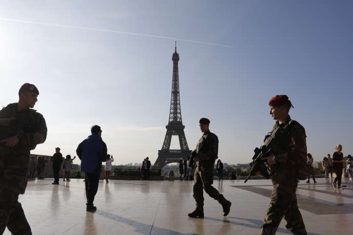 Des militaires de l'opération «Sentinelle» patrouillaient sur l'esplanade du Trocadéro, le 23avril, jour du premier tour de l'élection présidentielle.