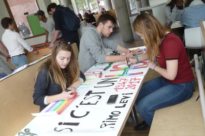 Préparation des banderolles pour le sit-in. Marion Dumoulin (à gauche) organise avec des camarades une mobilisation à la sortie du concours de Sciences Po Grenoble.