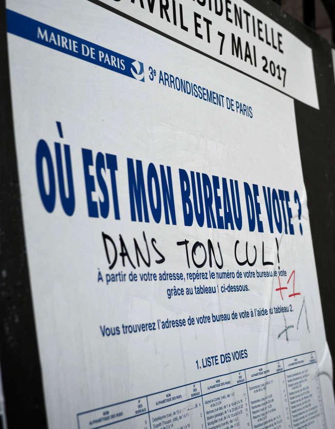 Des panneaux d'affichage officiels pour la campagne de l'élection présidentielle francaise, à Paris le 30 avril.