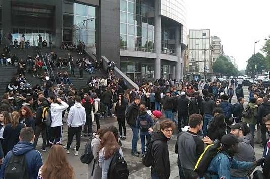 Les lycéens se sont rassemblés sur la place de la Bastille à 11 h, vendredi 5 mai.