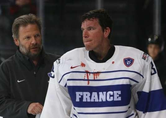 Le gardien Cristobal Huet, coupé à la lèvre lors du match contre la Norvège, le 6 mai au Palais omnisports de Paris-Bercy.