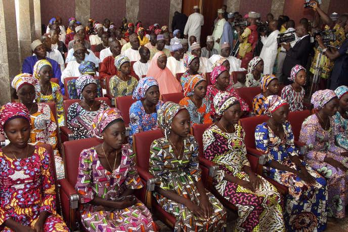 A Abuja, le 19 octobre 2016, lors d'une précédente libération de21 lycéennes de Chibok.