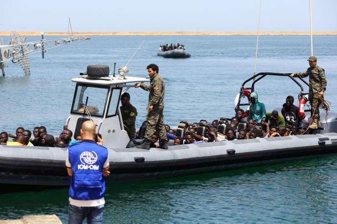 Des migrants secourus par les gardes-côtes libyens arrivent à Tripoli, le 6 mai 2017.
