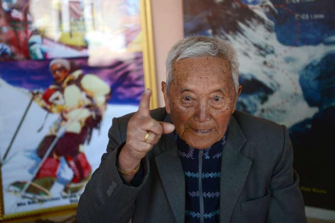Le Népalais Min Bahadur Sherchan, qui décroché le record du monde de grimpeur le plus âgé en 2008, pris en photo le 10 février 2017, avant qu'il tente de reconquérir l'Everest.