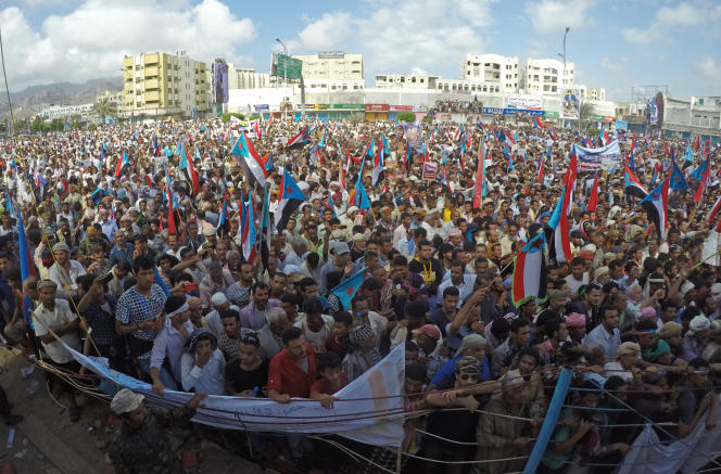 Des milliers de manifestants se sont rassemblés place Al-Ouroud, à Aden, jeudi 4 mai, pour acclamer l'ex-gouverneur de la ville, le séparatiste sudiste Aidarous Al-Zoubeidi.