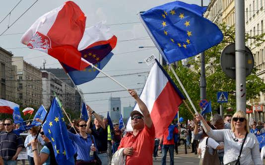 Manifestation contrele pouvoir conservateur de Jaroslaw Kaczynski, à Varsovie le 6mai.