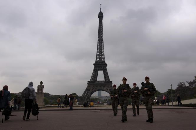 Des soldats patrouillent devant la tour Eiffel, le 6 mai 2017.