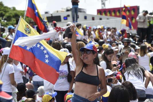 Samedi 5mai, des centaines de femmes vêtues de blanc ont défilé jusqu'au siège du ministère de l'intérieur et de la justice, dans le centre de Caracas.