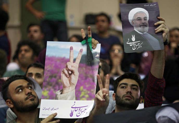 Des partisans du président iranien et candidat à sa réelection Hassan Rohani, lors d'un meeting à Téhéran, le 4 mai.
