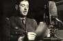 « Les techniques de communication de masse (télégraphe, radio, photo, cinéma, télévision…) ont pesé sur les grandes transformations politiques du XXe siècle. On leur doit un accès plus universel à l'information. Elles ont aussi servi l'émergence des mouvements totalitaires ou l'organisation des mouvements de résistance : peut-on imaginer de Gaulle à Londres sans la radio ?» (Le général De Gaulle appelle les Français à la résistance, au micro de la BBC, à Londres, le 18 juin 1940).