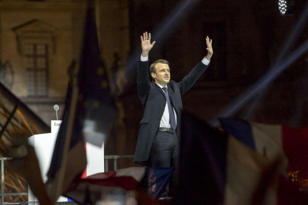 Emmanuel Macron salue le public au pied de la pyramide du Louvre, dimanche 7 mai.