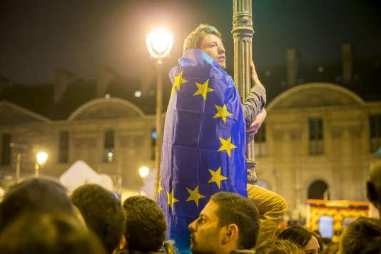 Un supporter d'Emmanuel Macron, dimanche soir 7 mai, au Carrousel du Louvre, après l'annonce des résultats du second tour de l'électionprésidentielle.