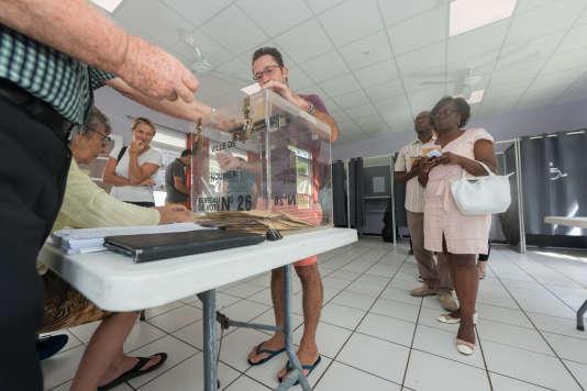 Dans un bureau de vote de Nouméa, le 7 mai.