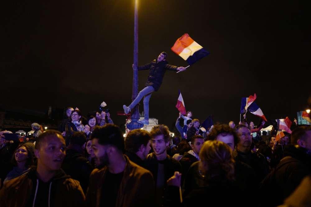 Les militants d'En marche ! au Louvre, dimanche.