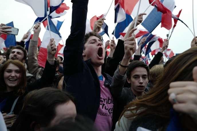 Sur l'esplanade du Louvre avec les soutiens d'Emmanuel Macron, à l'annonce des résultats, le 7 mai 2017.