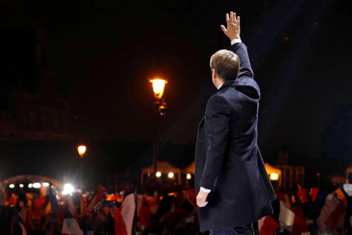 « Sa victoire a invalidé en quelques semaines les pratiques, les programmes et les stratégies des deux partis qui ont dominé la vie politique française depuis 60 ans» (Photo: Emmanuel Macron, esplanade du Louvre, le 7 mai au soir après sa victoire à la présidentielle).