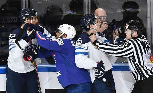 Pierre-Edouard Bellemare ne se laisse pas faire face aux solides Finlandais.