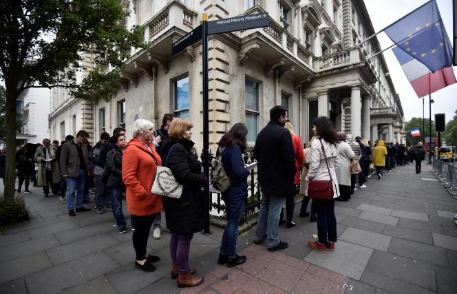 Des expatriés français devant le lycée français Charles-de-Gaulle, à Londres, pour voter au second tour de l'élection présidentielle, le 7mai 2017.