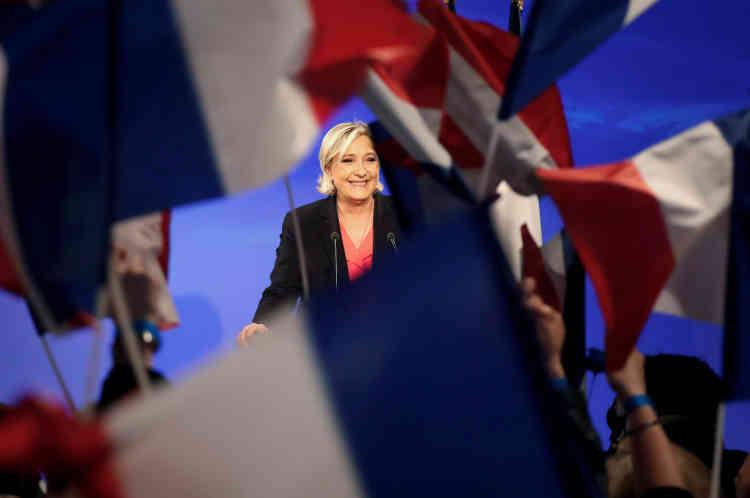 Marine Le Pen salue ses militants, et reconnait sa défaite au Chalet du Lac dans le bois de Vincennes à Paris, dimanche.
