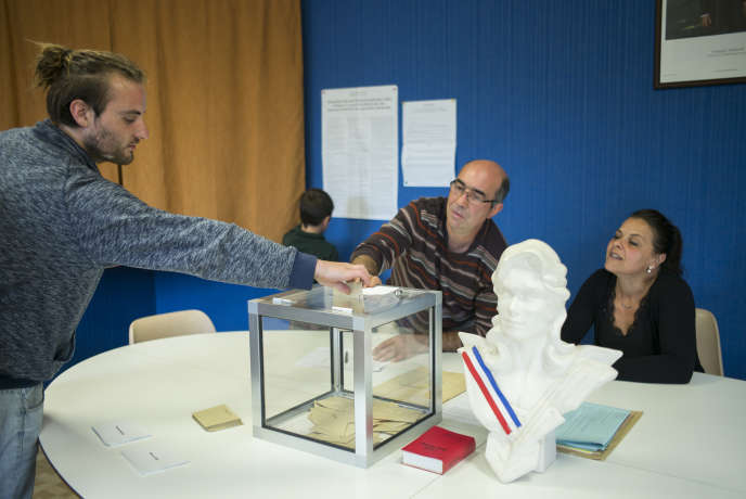 Dans un bureau de vote de Flammerécourt, lors du second tour de l'élection présidentielle, en Haute-Marne, le dimanche 7 mai.